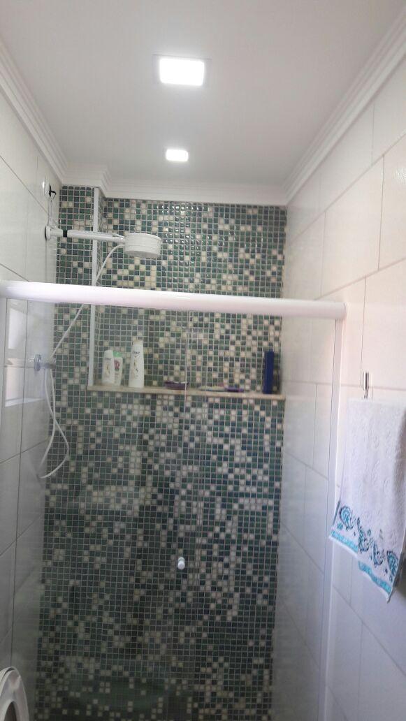 Revestimento-de-Banheiro-com-Pastinha-de-Vidro - Telhado Sob Medida Reforma Manutenção Telha Romana