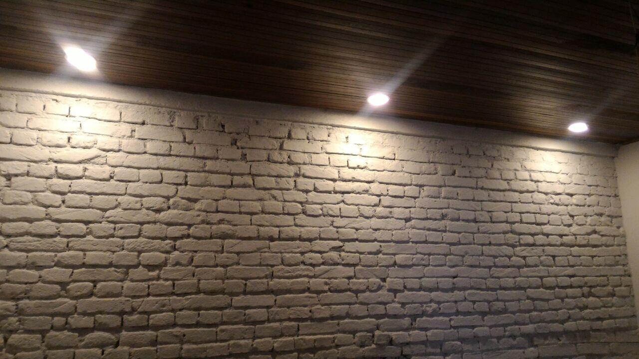 luminarias-forro-de-madeira-parede-tratada-com-acabamento-de-tinta - Pintura Grafiato Textura