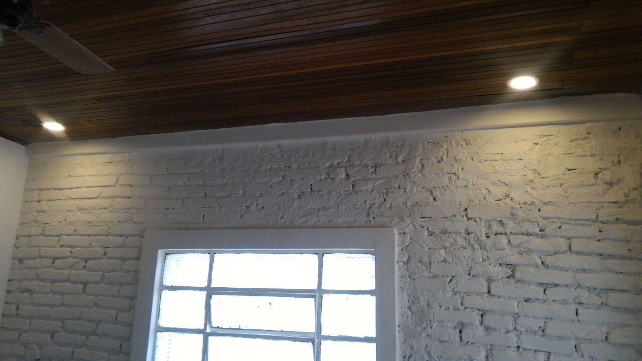 luminarias-forro-de-madeira-parede-tratada-com-acabamento-de-tinta - Parede Tratada com Acabamento de Tinta Forro de Madeira Luminarias