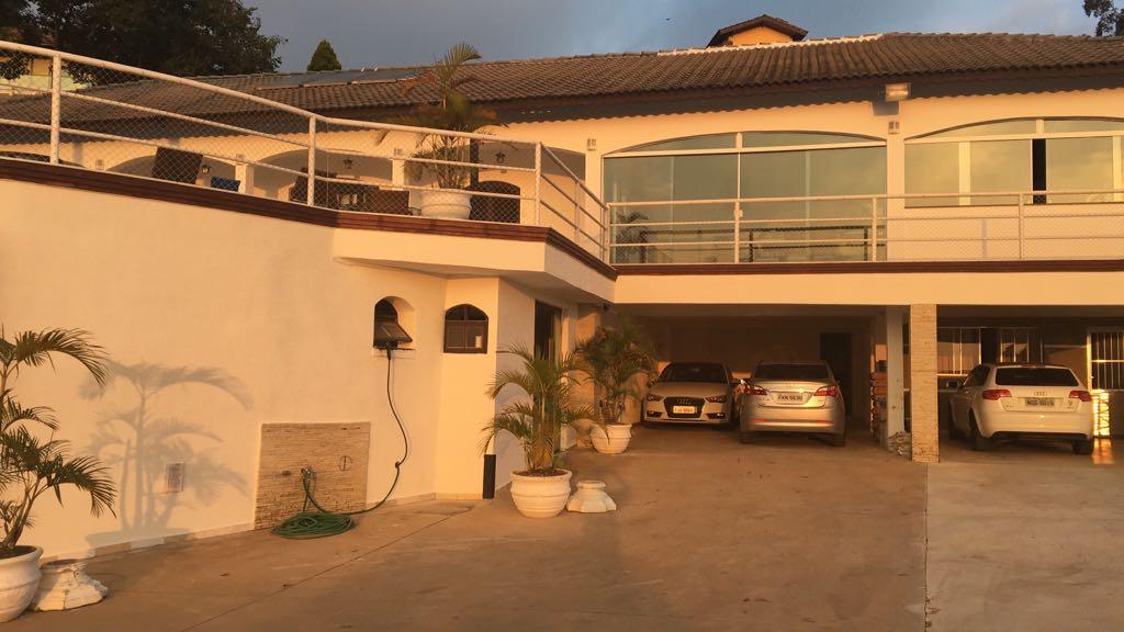 Garagem com cobertura para 4 carros e vaga para 20 carros sem cobertura. O terreno da casa são 4000 metros, e de construção 900 metros. - Vende-se Casa em Mairiporã