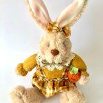 Coelha mostarda placa Feliz Páscoa